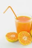 Fatias de laranja com o suco de laranja fresco no vidro Imagens de Stock Royalty Free