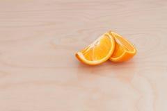 Fatias de laranja na placa fotos de stock