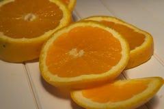 Fatias de laranja na tabela de madeira imagens de stock