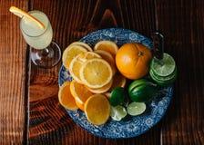 Fatias de laranjas e de cais na placa azul do vintage imagem de stock royalty free