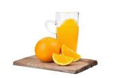 fatias de laranjas e de suco de laranja isolados no fundo branco Fotografia de Stock
