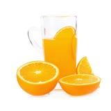 fatias de laranjas e de suco de laranja isolados no fundo branco Imagens de Stock Royalty Free