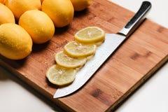 Fatias de limão em uma faca Isolado Fotografia de Stock