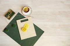 Fatias de limão em uma placa de corte de pedra e em um copo do chá imagem de stock royalty free