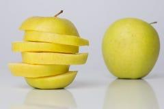 Fatias de maçã e de uma maçã inteira Fotos de Stock
