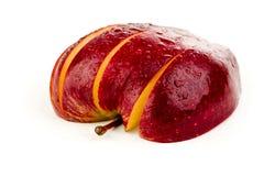 Fatias de maçã vermelha suculenta em um fundo branco Fotografia de Stock