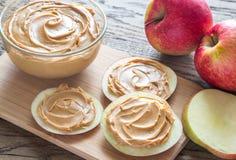 Fatias de maçãs com manteiga de amendoim Imagem de Stock