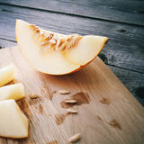 Fatias de melão na tabela de madeira cinzenta Foto de Stock