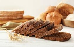 Fatias de pão de centeio imagens de stock royalty free