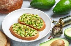 Fatias de pão de centeio com abacate e especiarias foto de stock royalty free
