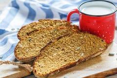 Fatias de pão da abóbora e de uma caneca de leite foto de stock royalty free