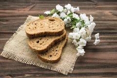Fatias de pão de centeio em um fundo de madeira Foto de Stock Royalty Free