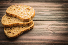 Fatias de pão de centeio em um fundo de madeira Fotografia de Stock