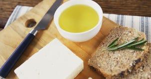 Fatias de pão, de queijo, de molho e de faca filme