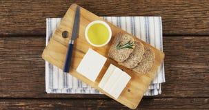 Fatias de pão, de queijo, de molho e de faca video estoque
