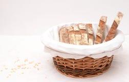 Fatias de pão de sourdough em uma cesta Imagens de Stock