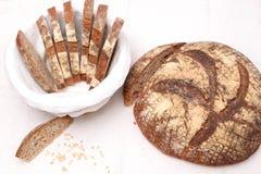Fatias de pão de sourdough em uma cesta Imagens de Stock Royalty Free