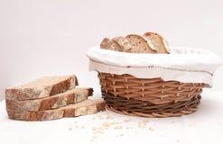 Fatias de pão de sourdough em uma cesta Fotografia de Stock