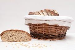 Fatias de pão de sourdough em uma cesta Fotografia de Stock Royalty Free