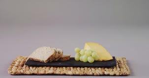 Fatias de pão, de uvas e de queijo filme