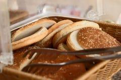 Fatias de pão em uma cesta foto de stock