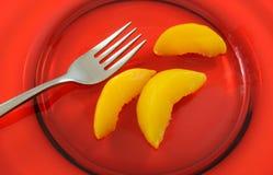 Fatias de pêssegos enlatados Foto de Stock Royalty Free