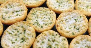 Fatias de p?o de alho saboroso com ervas video estoque