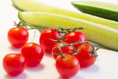 Fatias de pepino e de tomates vermelhos Conceito do cozimento, o saudável ou do vegetariano comer Fotografia de Stock Royalty Free