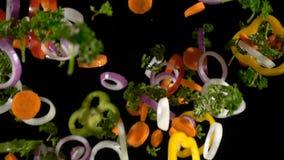 Fatias de queda de vegetais desbastados, movimento lento vídeos de arquivo