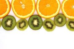 Fatias de QUIVI e de laranja isolados no fundo branco Fotografia de Stock Royalty Free