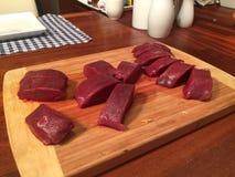 Fatias de salame em uma placa de madeira Foto de Stock Royalty Free