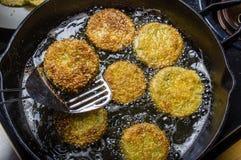 Fatias de tomate verde que está sendo fritado Fotos de Stock