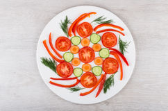 Fatias de vegetais e de aneto variados na placa de vidro branca Fotografia de Stock Royalty Free
