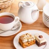 Fatias do chá e do bolo fotos de stock royalty free