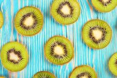 Fatias do fruto de quivi no fundo de madeira azul Imagem de Stock Royalty Free
