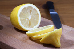 Fatias do limão na placa de corte Imagens de Stock Royalty Free