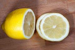 Fatias do limão na placa de corte Imagem de Stock Royalty Free