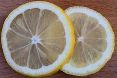 Fatias do limão na placa de corte Fotografia de Stock Royalty Free