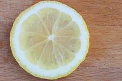 Fatias do limão na placa de corte Foto de Stock Royalty Free