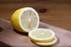 Fatias do limão na placa de corte Fotos de Stock