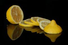 Fatias do limão na reflexão foto de stock