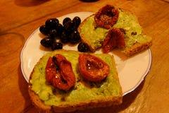 Fatias do pão com pasta do abacate fotografia de stock