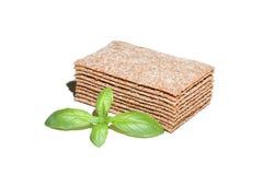 Fatias do pão estaladiço com manjericão imagem de stock