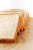 Fatias do pão na bacia de madeira Imagens de Stock Royalty Free