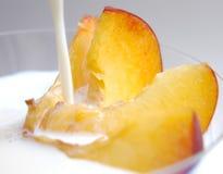 Fatias do pêssego com leite II Imagens de Stock