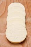 Fatias do queijo redondo em uma fileira Imagens de Stock Royalty Free