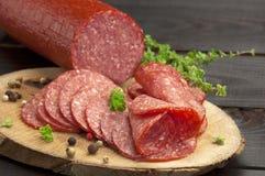 Fatias do salame (ascendentes próximos) foto de stock royalty free