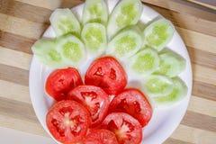 Fatias do tomate e do pepino foto de stock