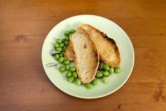 Fatias e azeitonas brindadas do pão Foto de Stock Royalty Free