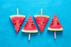 Fatias frescas da melancia em varas fotos de stock